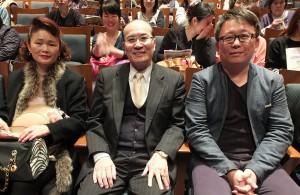 台北文化センターの朱文清センター長(中央)夫妻と楊監督(右)