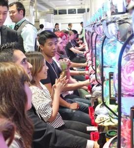 日本柏青哥連鎖店「MARUHAN」找來30位外國客試玩,體驗柏青哥文化