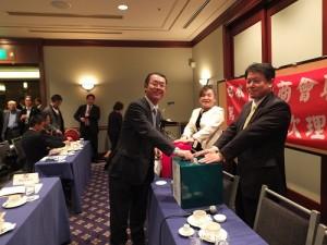 參與總會長選舉的日本關西台商協會會長王明裕投下神聖的一票