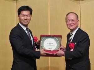 亞洲台灣客家聯合總會總會長章維斌(左)遠從泰國到日參加大會,並贈送紀念品給東京崇正公會會長劉得寬