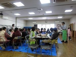 現場有超過40位華僑學習包粽子技巧
