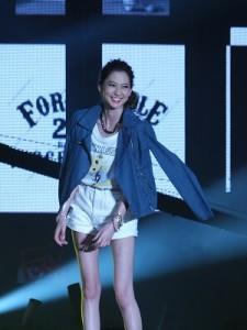 河北麻友子身穿船梨精和服飾品牌合作的T恤走秀