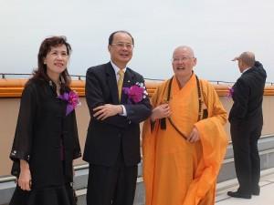 滿潤法師(左3)向駐日代表沈斯淳伉儷(左1、2說明法水寺建設的進度)