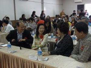 1駐橫濱辦事處處長粘信士伉儷(左1、2)向國策顧問施郭鳳珠伉儷(右1、2)致意
