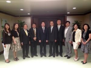 東京台灣商工會會長陳慶仰(左5)率領幹部拜會駐日代表沈斯淳(右5)