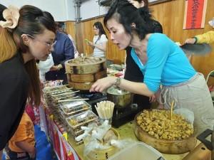 現場的美食攤位接由各年級家長料理販售,間接促進家長間的情誼