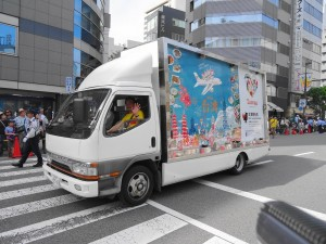 壓軸的台灣觀光協會廣告車 歡迎民眾來台灣