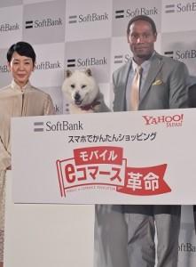 軟體銀行廣告中最紅的「白戶家」成員狗爸爸、媽媽樋口可南子(左)和飾演兒子的Dante Carver為軟體銀行的記者發佈會站台