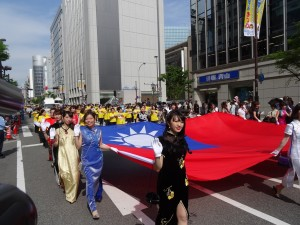 旗袍美女護旗前進  成為遊行注目焦點