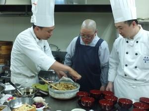 由台灣主廚指導法師製作素食料理