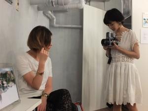 高松リナさんを撮影するRuiさん。女子会で見せた笑顔と一転、撮影するときの表情は真剣そのもの!