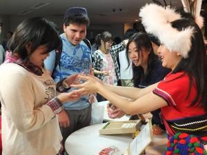 世界各国からの留学生や、早稲田大学生らが参加した。