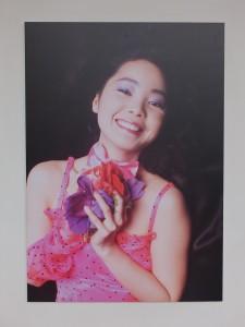 会場に飾られた写真家の加納典明が撮ったテレサの写真