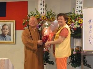 國際佛光會關東協會會長河維寧(右)獻花給心保和尚