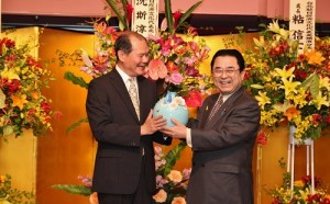 駐處處長粘信士贈送法藍瓷瓷器給前任會長田中和德(右)