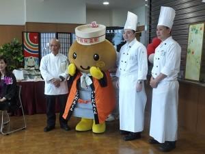 千葉縣中華總會會長浜岡禎雄(左1)向大家介紹此次來自台灣漢來飯店的主廚(右1、2),和伊香保溫泉的吉祥物一起合影