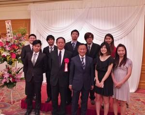 台灣留學生亦受邀到場和台日人士進行交流(前排右3為會長大江康弘、左2為駐日副代表徐瑞湖)