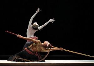 無垢舞蹈劇場演出作品《觀》,以黑鳶之眼看大地如何被揮霍,看人心的欲望曲折