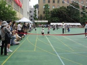 小1和小2的學生進行50公尺賽跑,現場可聽到不絕於耳的加油聲