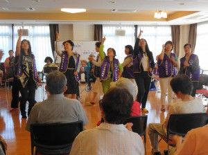 交流會上 大阪台灣同鄉會成員以手語帶動氣氛