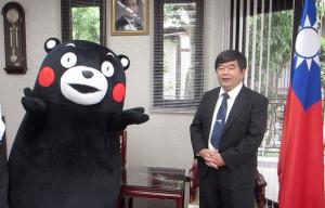 くまモンと台湾福岡弁事処の戎義俊処長(右)