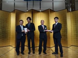 名譽會長王哲男(左)、蔡伸雄(右2)頒發獎學金給近大台灣留學生