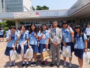 家齊女子高の生徒らと草加高校の木田一彦校長(右3)