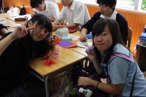 双方の生徒らは教室で折り紙などを用いてコミュニケーションをはかった