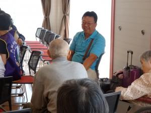 大阪台灣同鄉會會員與在台灣出生的長輩相談甚歡