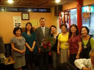 京都華僑總會女性成員贈花束感謝前會長張茂勳18年來為該會的付出