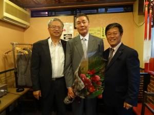 駐大阪辦事處處長蔡明耀(左)與新會長魏禧之(右)、前會長張茂勳(中)