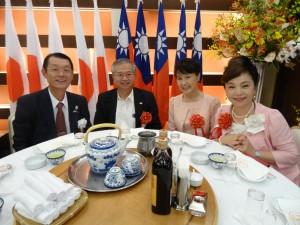 日總總會長王明裕(左一)、亞總總會長謝美香(右一)與駐大阪辦事處處長蔡明耀伉儷合影
