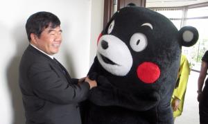 くまもんのサプライズ訪問に驚く台湾福岡弁事処の戎義俊処長
