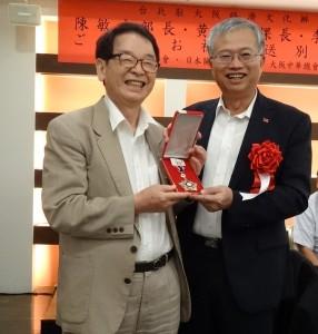 蔡處長頒贈海華榮譽章給大阪中華學校校醫張秋雄 感謝他為僑教熱心奉獻