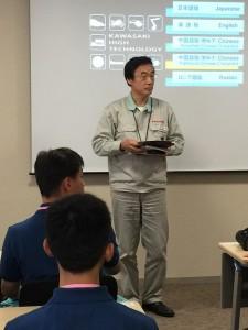 川崎重工車輛企劃本部長岩崎宏治在始業式上致詞勉勵學生用心學習