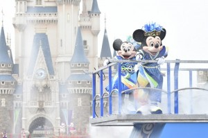 東京迪士尼樂園即日起至8月31日推出夏日祭典活動「雅涼群舞」,可以和米奇米妮同樂