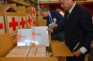 日本援助2,730份人工真皮運抵中華民國紅十字會,該會副會長葉金川(前)開箱查收