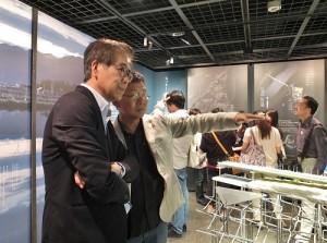 森美術館館長南條史生(左)出席並和黃聲遠進行交流