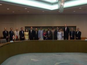 駐處處長粘信士伉儷(左5、6)與主辦單位和各國使節合影