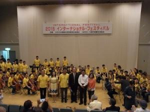駐處處長粘信士伉儷(左2、4)和宜蘭青少年國樂團成員合影