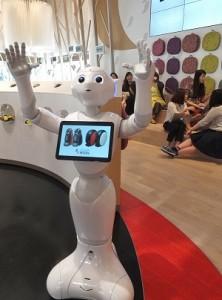 雀巢咖啡館內的機器人設有咖啡商品介紹的內容,讓消費者可以更加了解該家品牌的商品