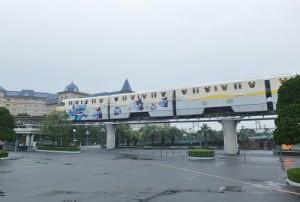 從車站到園區的迪士尼電車也以史迪奇設計