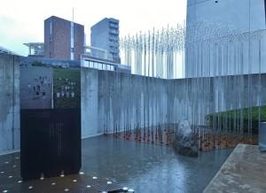 室外展出的大棚架和東京的天際線交錯、串連