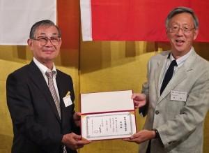懇親餐會上,會長毛友次(左)特別頒發感謝狀給第35屆兼任副會長(右為神戶華僑總會會長陸超)