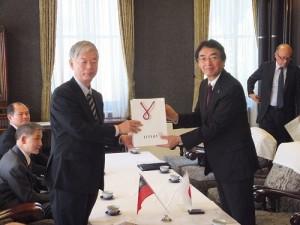 中華經濟研究院董事長梁啟源(左)與神奈川縣副知事黑川雅夫互贈紀念品