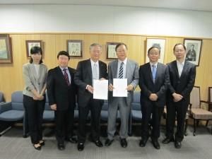 駐大阪辦事處處長蔡明耀(左3)與國立大阪大學外國語學院院長東明彥(右3)等人合影