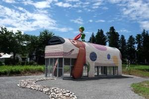 另一件作品則是以布丁狗為造型,設置在越後水澤站旁(照片提供:墨色國際)