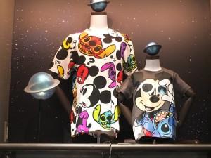 販售人員表示新款T恤相當有人氣