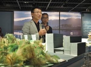 台灣建築師黃聲遠(左)在日展出他和「田中央工作群」在扎根宜蘭的建設(右為中原大學建築系副教授黃俊銘協助擔任翻譯)