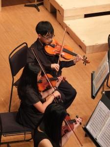 大豊小学校オーケストラの学生の表情は真剣そのもの